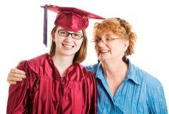 高中毕业生和支援妈妈 免版税库存照片