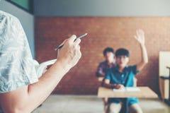 高中老师在教室作演讲 在afte 图库摄影