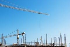 高举起重机和工作者建造场所的Woking 免版税库存照片