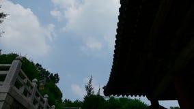 高云和寺庙屋顶,流动的云彩 影视素材