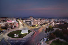 高交通在市Iasi在夜之前 免版税库存照片