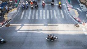 高交通的一张鸟瞰图在一个街道交叉点的与 免版税图库摄影
