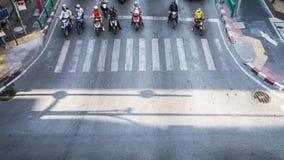 高交通的一张鸟瞰图在一个街道交叉点的有人和摩托车的 免版税库存图片