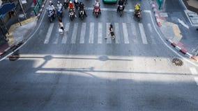 高交通的一张鸟瞰图在一个街道交叉点的有人和摩托车的 免版税库存照片