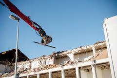 高伸手可及的距离爆破挖掘机工作 库存照片