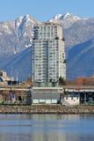 高公寓和自然周围 免版税库存照片