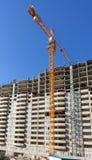 高公寓建设中与反对a的起重机 免版税图库摄影