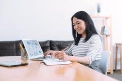 高兴外国女性工作在办公室 库存图片