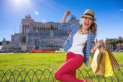 高兴快乐的妇女在罗马,有购物袋的意大利 免版税库存图片