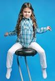 高凳的白白种人女孩 库存照片