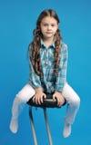 高凳的白白种人女孩 免版税库存照片