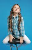 高凳的白白种人女孩 图库摄影