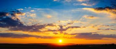 高分辨率五颜六色的剧烈的日落全景 图库摄影