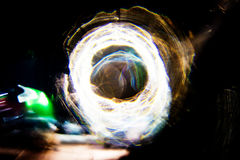 高分辨率抽象发光的圈子行动弄脏了在黑暗生动红色的背景,绿色,黄色,蓝色 免版税库存图片