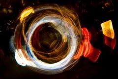 高分辨率抽象发光的圈子行动弄脏了在黑暗生动红色的背景,绿色,黄色,蓝色 免版税库存照片