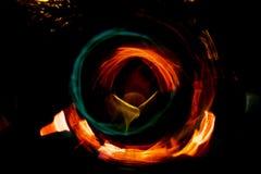 高分辨率抽象发光的圈子行动弄脏了在黑暗生动红色的背景,绿色,黄色,蓝色 库存照片