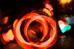 高分辨率抽象发光的圈子行动弄脏了在黑暗生动红色的背景,绿色,黄色,蓝色 图库摄影