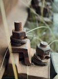 高分辨率生锈的螺栓和螺丝在被放弃的火车轨道 免版税图库摄影
