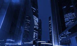 高办公楼在晚上之前 在蓝色口气的概念 免版税图库摄影