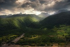 高加索山脉剧烈的看法  免版税库存照片