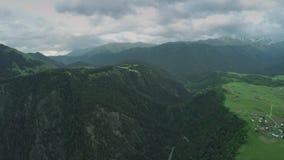 高加索山脉史诗飞行小山和英王乔治一世至三世时期谷秀丽自然乔治亚动物waterwall寄生虫的4k村庄 股票视频