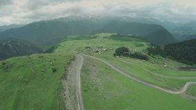 高加索山脉史诗飞行小山和英王乔治一世至三世时期谷秀丽自然乔治亚动物waterwall寄生虫的4k村庄 股票录像