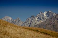 高加索山脉在乔治亚国家 美丽的山la 免版税库存照片