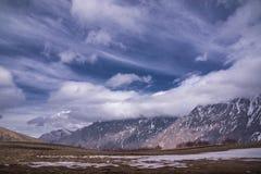 高加索山脉在春天 免版税图库摄影
