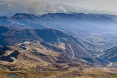 高加索山脉是一个山系在黑海和里海之间的西亚在高加索地区 库存照片