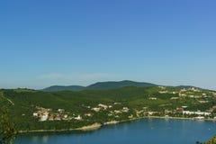 高加索山脉的倾斜的顶视图在美丽如画的湖Abrau附近的 图库摄影