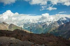 高加索山脉范围的美丽的景色 免版税库存图片