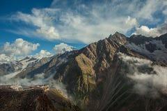 高加索山脉范围的美丽的景色 免版税库存照片