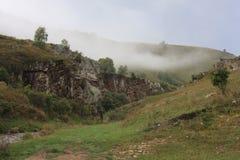 高加索有雾的小山 免版税库存照片