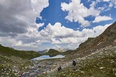 高加索范围Arkhyz, Sofia湖,上升的mou的山 库存照片