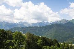 高加索覆盖横向山山shurovky天空ushba 库存图片