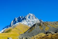 高加索山脉在夏天、高峰Chiukhebi和蓝天 图库摄影