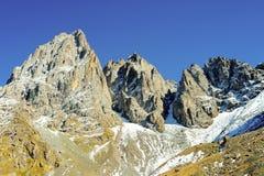 高加索山脉在夏天,蓝天峰顶Chiukhebi,尤陶村庄 库存照片