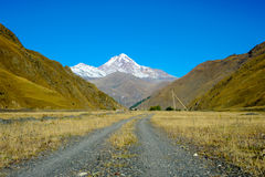 高加索山脉在夏天,高峰Mkinvari 从村庄Sno的看法 库存图片