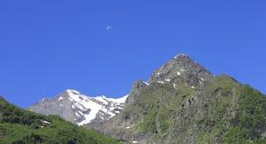 高加索山脉夏令时 Dombai山风景 库存图片