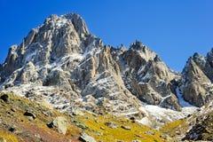 高加索山脉,村庄尤陶 绿色领域和多雪的山峰Chaukhebi在夏天 佐治亚 图库摄影