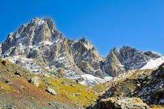 高加索山脉,村庄尤陶 青山、蓝天和多雪的山峰Chaukhebi在夏天 库存照片