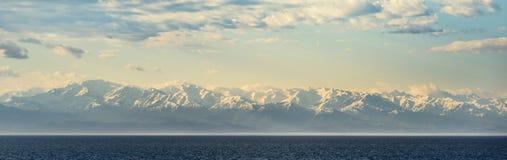 高加索的积雪覆盖的峰顶黑海的 库存照片