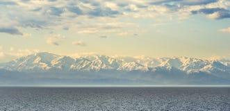 高加索的积雪覆盖的峰顶黑海的 免版税库存照片