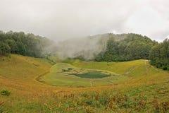 高加索的红色草甸的Khmelevsky湖 免版税库存照片