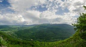 高加索的美好的山风景 关岛峡谷, Mezmay 巨大的全景 库存图片