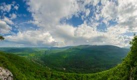高加索的美好的山风景 关岛峡谷, Mezmay 巨大的全景 免版税库存照片