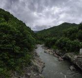 高加索阿迪格共和国白色山岩石河多云风景墙纸 地区克拉斯诺达尔23 库存照片