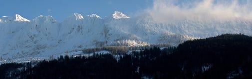 高加索dombay山全景滑雪倾斜视图 免版税库存照片