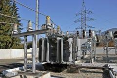 高压充满油的电源变压器 库存图片