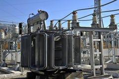 高压充满油的电源变压器 库存照片